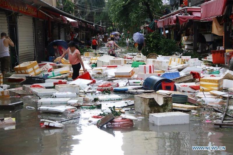 Quang cảnh đường phố Hạ Môn sau khi bị siêu bão Meranti càn qua ngày 15-9.