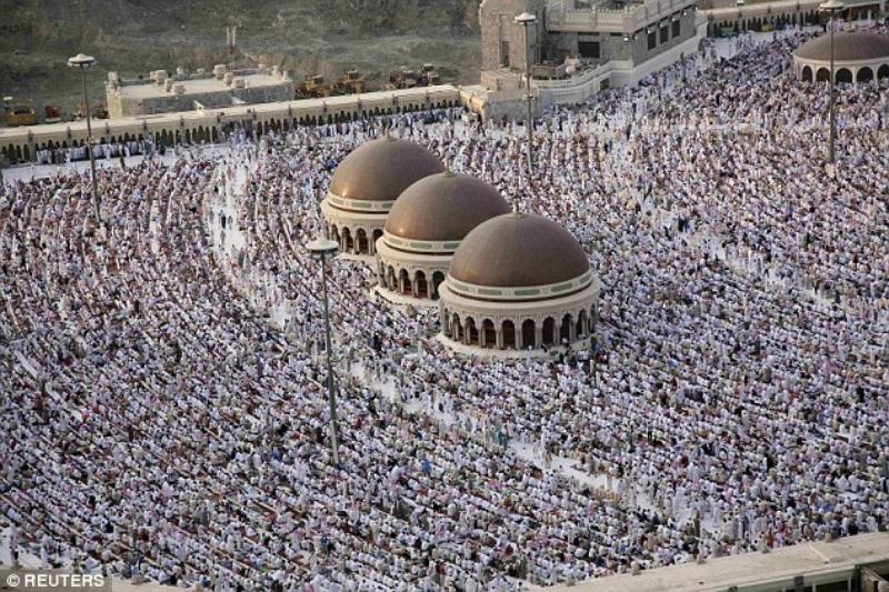 Trong bức ảnh chụp những người Hồi giáo hành hương đến Thánh đường Mecca này có đại sứ Simon Collis.