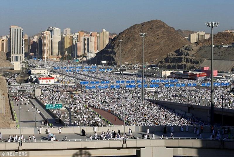 Người Hồi giáo ở Saudi Arabia trên đường hành hương đến Thánh đường Mecca.