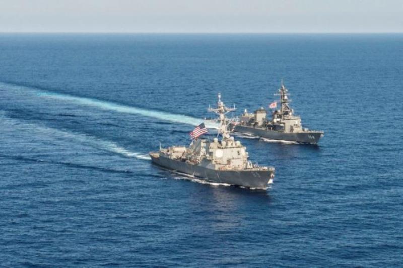 Tàu khu trục tên lửa USS Mustin lớp Arleigh Burke của Mỹ và tàu JS Kirisame thuộc Lực lượng phòng vệ hàng hải Nhật trong một cuộc tập trận song phương trên biển Đông ngày 21-4-2015.