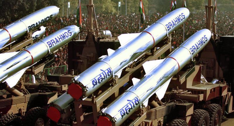 Tên lửa hành trình BrahMos trang bị cho tàu INS Mormugao.