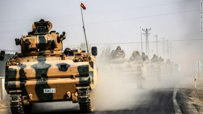 Xe tăng Thổ Nhĩ Kỳ tiến về TP biên giới Jarabulus (tỉnh Aleppo, Syria) ngày 25-8.