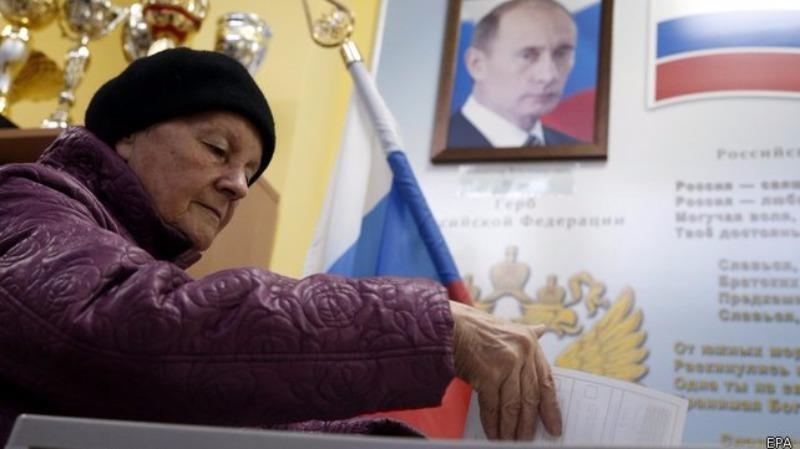 Một công dân Nga bỏ phiếu bầu cử Quốc hội tại Moscow (Nga) ngày 18-9.