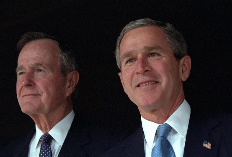 Cả  Tổng thống Bush cha (trái) và Bush con đều không tham dự đại hội đảng Cộng hòa ở Cleveland, nơi Trump chính thức được đề cử làm ứng viên tổng thống Cộng hòa.
