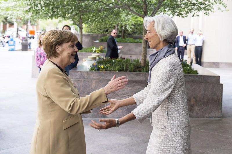 Tổng Giám đốc IMF Christine Lagarde (phải) và người bạn Thủ tướng Đức Angela Merkel.
