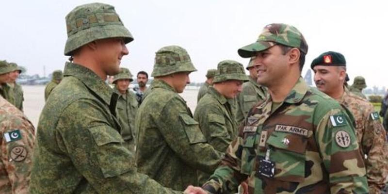 Lính Nga và lính Pakistan chào hỏi nhau trước ngày tập trận.