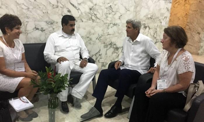 Tổng thống Venezuela Nicolás Maduro (trái) và Ngoại trưởng Mỹ John Kerry gặp nhau tại Cartagena (Colombia) ngày 26-9.