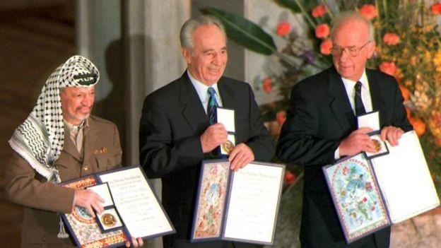 Cựu Tổng thống Shimon Peres (giữa) nhận giải Nobel Hòa bình cùng Thủ tướng Israel Yitzhak Rabin (phải) và nhà lãnh đạo Palestine Yasser Arafat.