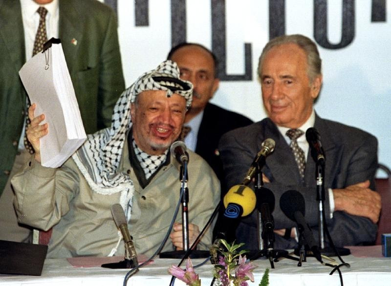 Cựu Tổng thống Shimon Peres (phải) và nhà lãnh đạo Palestine Yasser Arafat trong một sự kiện giới thiệu hiệp ước hòa bình Oslo năm 1995.