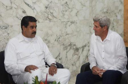 Tổng thống Venezuela Nicolas Maduro (trái) và Ngoại trưởng Mỹ John Kerry gặp nhau tại TP Cartagena (Colombia) ngày 26-9.