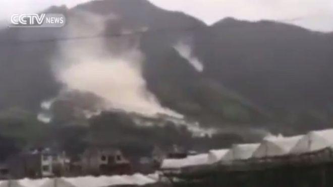 Lở đất làm đất đá từ trên núi tuôn xuống ở huyện Toại Xương, tỉnh Chiết Giang (Trung Quốc).