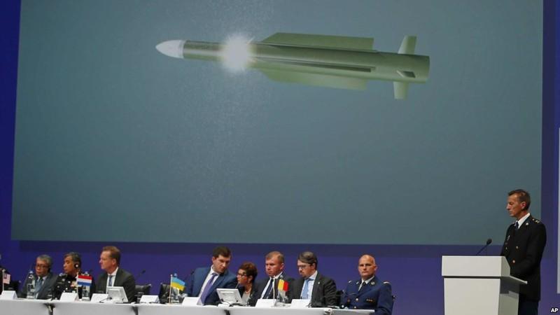 Các nhà điều tra quốc tế thuộc Đội Điều tra chung trong buổi công bố kết quả điều tra nguyên nhân máy bay MH17 bị rơi, ngày 28-9 tại Hà Lan.
