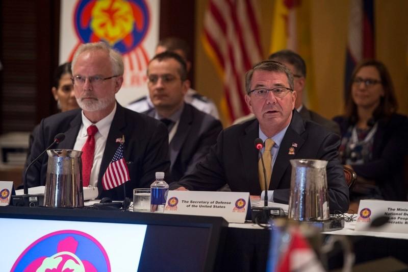 Bộ trưởng Quốc phòng Mỹ Ash Carter (bàn đầu bên phả) tại cuộc hội đàm với các bộ trưởng quốc phòng ASEAN ngày 30-9 tại Hawaii.
