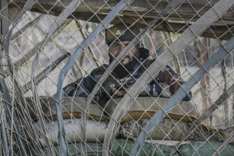 Binh sĩ Ấn Độ canh gác bên ngoài căn cứ của mình ở khu vực Ấn Độ kiểm soát ở vùng Kashmir ngày 3-10.