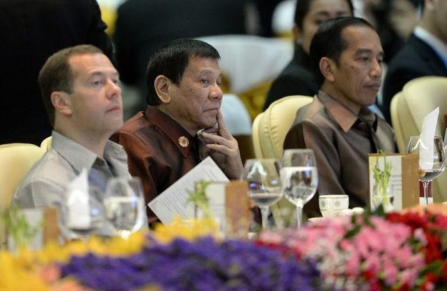 Tổng thống Philippines Rodrigo Duterte (giữa), Thủ tướng Nga Dmitry Medvedev (trái) và Tổng thống Indonesia Joko Widodo (phải) trong bữa tiệc tối dịp hội nghị thưởng đỉnh ASEAN tại Lào ngày 7-9.