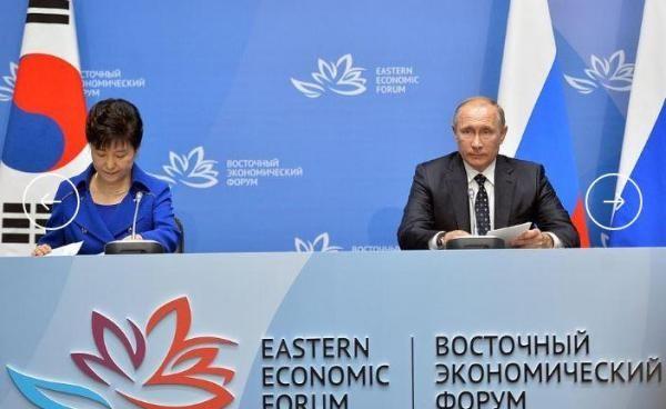 Tổng thống Nga Vladimir Putin (phải) và Tổng thống Hàn Quốc Park Geun-hye cam kết ngăn chặn chương trình vũ khí hạt nhân Triều Tiên trong cuộc gặp tại Nga đầu tháng 9.