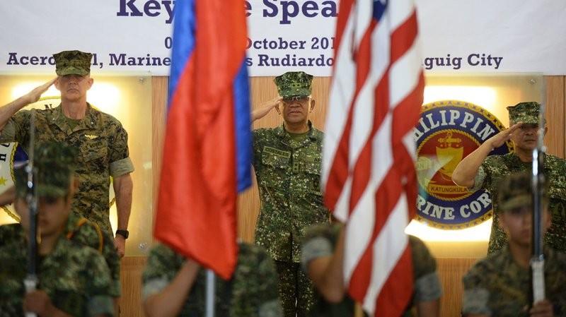 Tướng hải quân Mỹ và Philippines trong buổi lễ khai mạc cuộc tập trận chung ngày 4-10 tại Manila. Ông Duterte tuyên bố đây là cuộc tập trận chung cuối cùng giữa hai nước.
