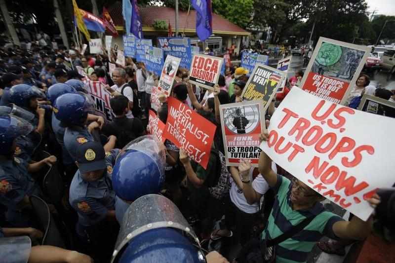 Dân Philippines biểu tình trước đại sứ quán Mỹ ở Manila (Philippines) ngày 4-10 phản đối Thỏa thuận Tăng cường Hợp tác Quốc phòng giữa hai nước.