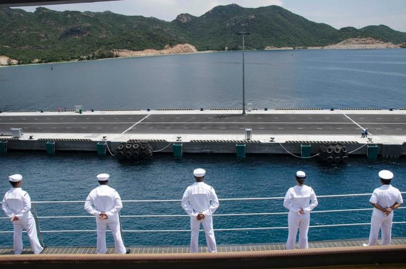 Thủy thủ trên tàu tiếp liệu tàu ngầm USS Frank Cable trên đường vào cảng Cam Ranh ngày 2-10.