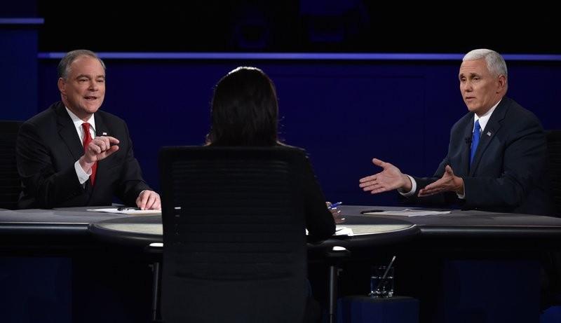 Ông Tim Kaine (trái) và ông Mike Pence (phải) tranh luận qua sự điều phối của bà Elaine Quijano tại đại học Longwood (Virginia, Mỹ) tối 4-10.