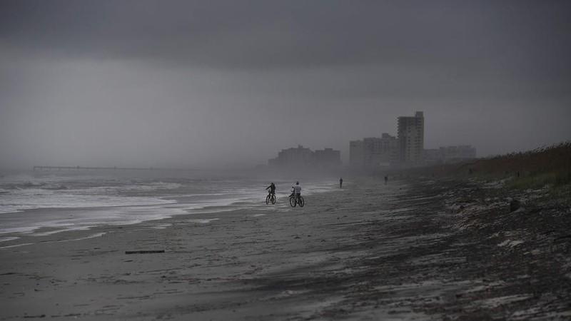 Bờ biển bang Florida chiều 5-10 trước khi bão Matthew vào.