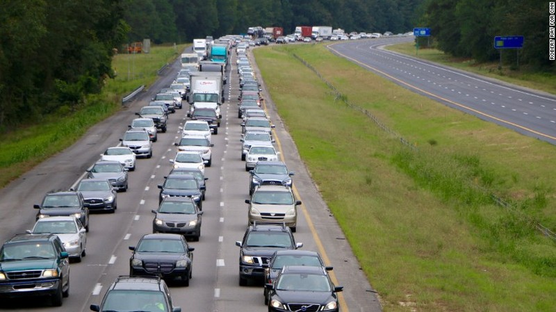 Đoàn xe đi sơ tán ở bang Florida.