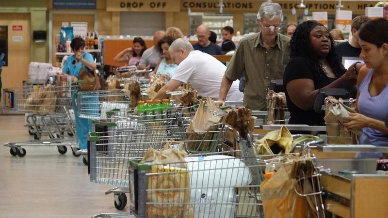 Dân bang Florida (Mỹ) đổ xô đi siêu thị trữ hàng.