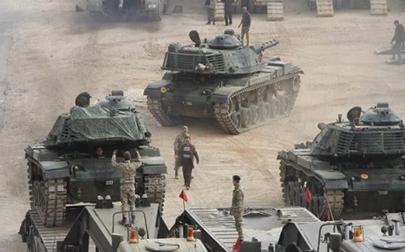 Binh sĩ Thổ Nhĩ kỳ huấn luyện các tay súng người Sunni ở thị trấn Bashiqa thuộc tỉnh Ninawa (bắc Iraq), giáp Thổ Nhĩ Kỳ.