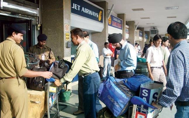 Kiểm tra an ninh ở một sân bay Ấn Độ
