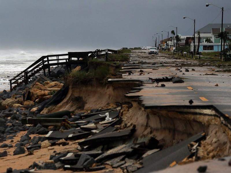 Đường sá bang Florida bị hư hại.