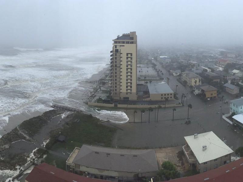 Nước biển tràn vào TP Jacksonville, Florida ngày 7-10.