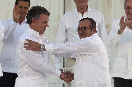 Tổng thống Colombia Juan Manuel Santos (trái) và Colombia Juan Manuel Santos trong buổi ký hiệp định hòa bình ngày 26-9 tại Havana (Cuba).