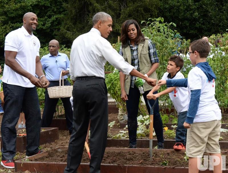 Tổng thống Obama chào hỏi các học sinh tham gia thu hoạch.