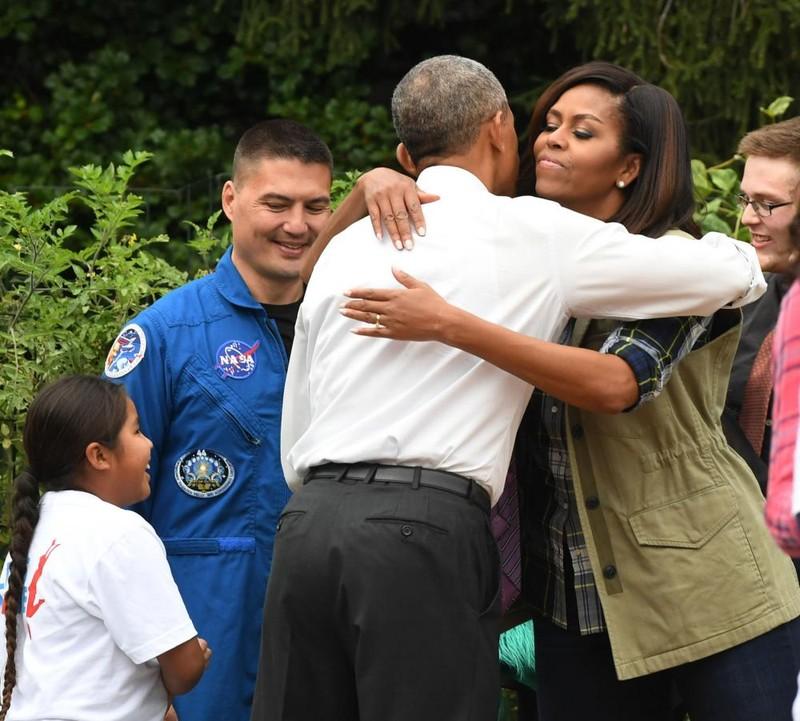 Tổng thống Obama ôm chào vợ khi bất ngờ đến thăm buổi thu hoạch.