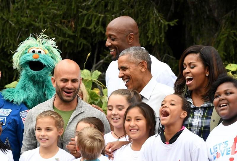 Vợ chồng Tổng thống Obama chụp hình chung với các thành viên tham gia buổi thu hoạch.