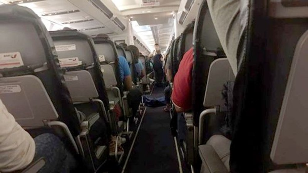 Thi thể người phụ nữ được đặt trên lối đi trong chuyến bay ba giờ đồng hồ.