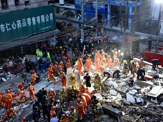 800 người tham gia cứu hộ vụ sập nhà hàng loạt ở Ôn Châu (Chiết Giang, Trung Quốc).