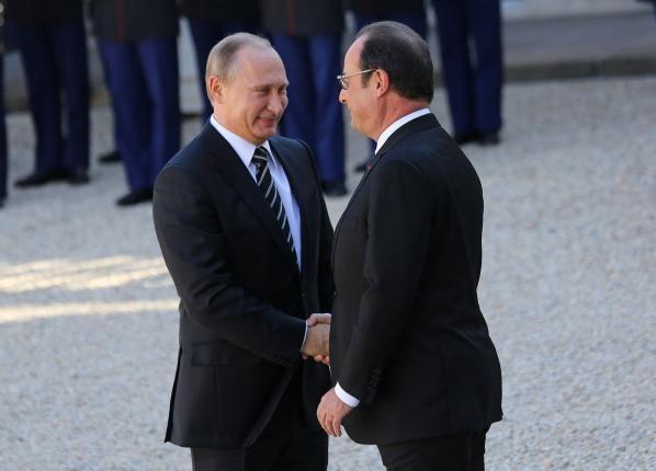 Tổng thống Nga Putin (trái) được Tổng thống Pháp Hollande đón tiếp trong chuyến thăm Pháp năm 2015.