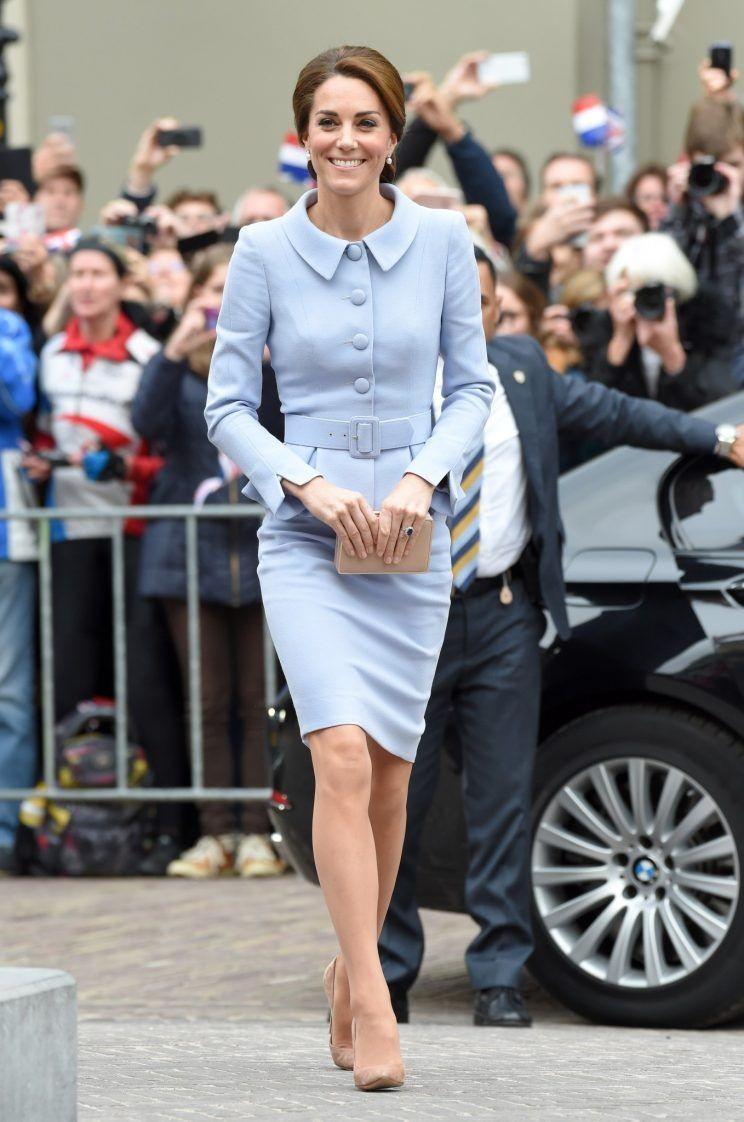 Công nương Kate Middleton xuất hiện tại sân bay.