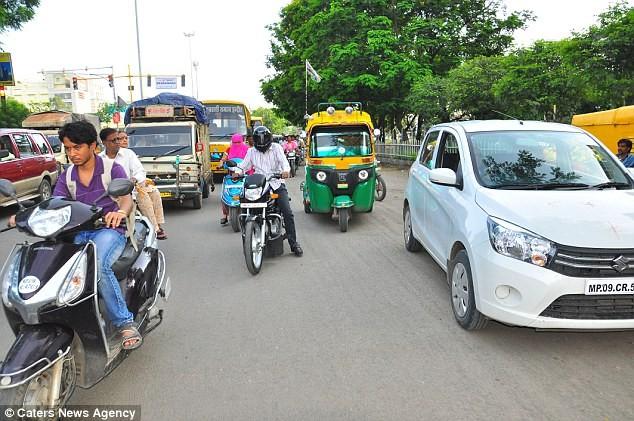 Anh Vikram Agnihotri lái xe trên đường (ô tô màu trắng).