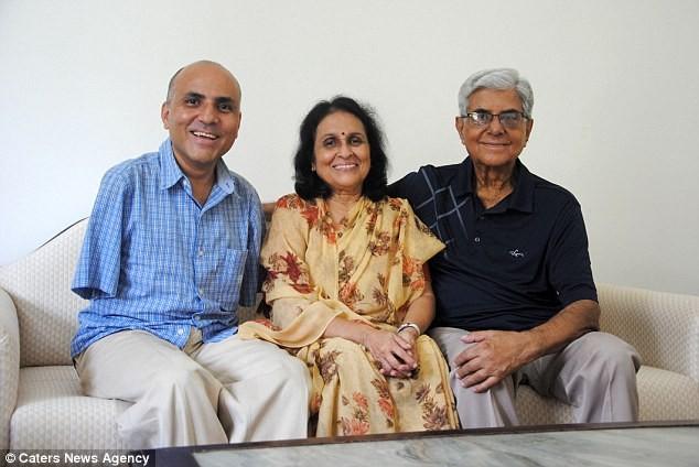 Anh Vikram bên cha mẹ.