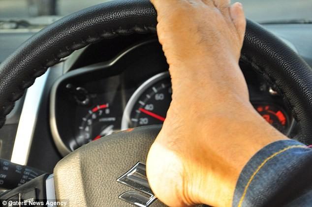 Anh Vikram Agnihotri lái xe bằng chân.