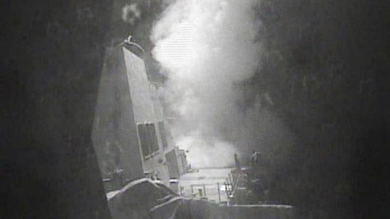 Tàu USS Nitze phóng tên lửa hành trình Tomahawk diệt các dàn radar của phe nổi dậy Houthi trên bờ biển Yemen ngày 13-10.