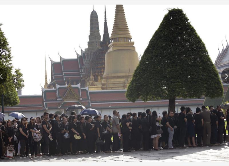 Người dân Thái Lan xếp hàng trước hoàng cung trong ngày 14-10, chờ đón thi hài quốc vương Bhumibol Adulyadej.