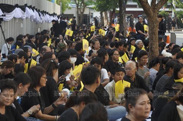 Rất đông người dân đến bệnh viện Siriraj chờ đón thi hài Quốc vương Bhumibol Adulyadej.