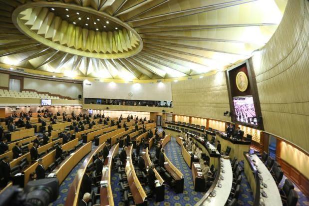 Các thành viên Quốc hội Thái Lan mặc niệm trong 9 phút tưởng niệm Quốc vương Bhumibol Adulyadej trong phiên họp tối 13-10.