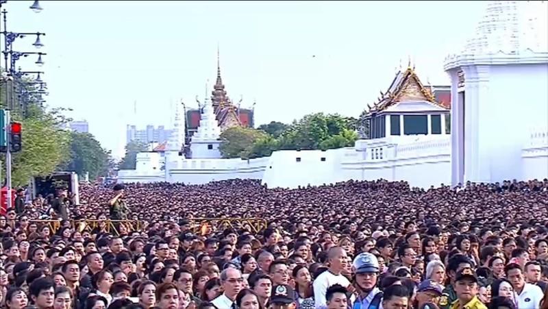 Hàng ngàn người dân Thái Lan tập trung tại khu vực hoàng cung tiếc thương Quốc vương Thái Lan Bhumibol Adulyadej.