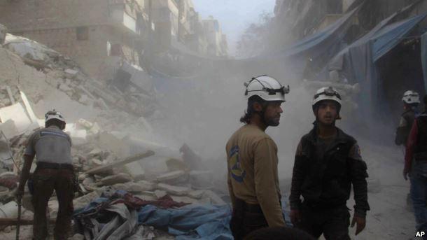 Nhân viên cứu hộ Mũ Bảo hiểm trắng trong cảnh tan hoang vì không kích ở Aleppo ngày 12-10.