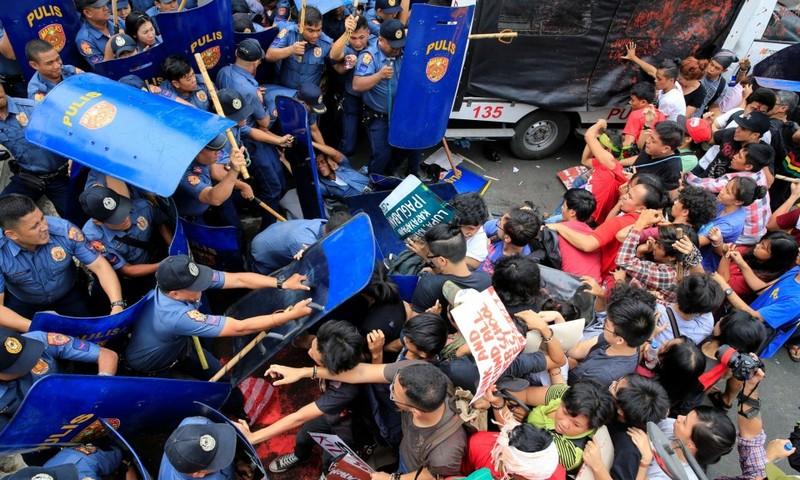 Dân Philippines biểu tình chống Mỹ trước đại sứ quán Mỹ ở Manila (Philippines) ngày 19-10.