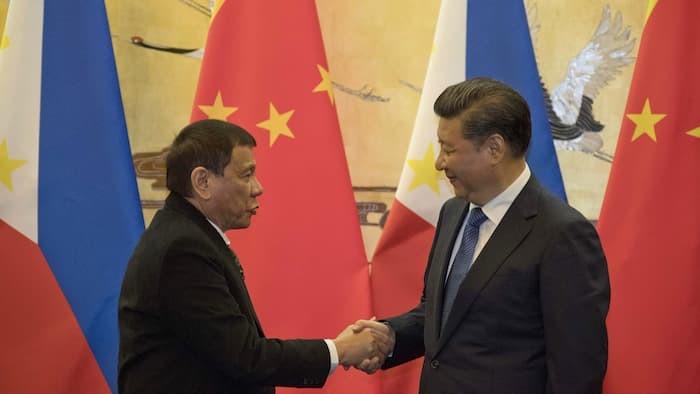 Hai ông Duterte (trái) và Tập Cận Bình trong cuộc gặp ngày 20-10 tại Trung Quốc.